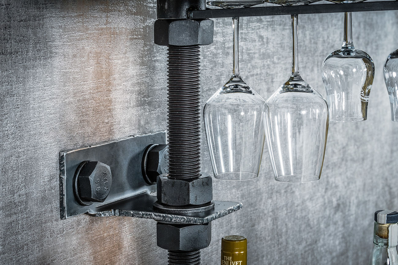 stålhylla med glashållare