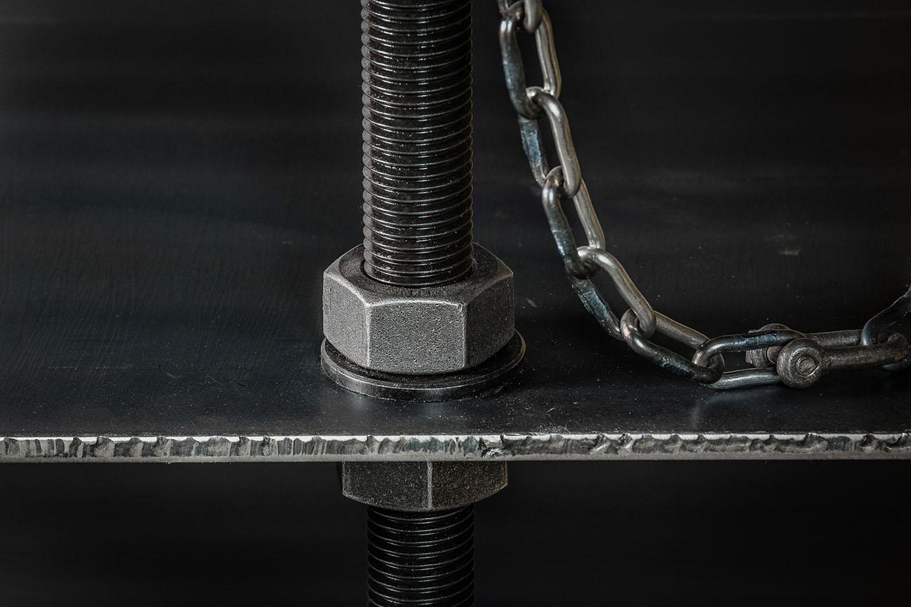 detalj på hylla i stål